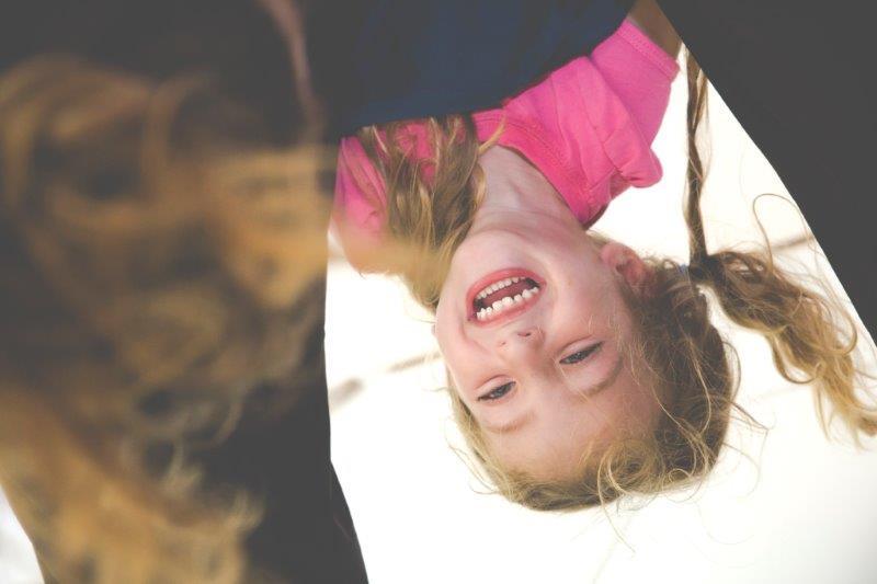 Contakids Dresden - Ein Mädchen Hängt Kopfüber Und Wird Von Ihrer Mutter Gehalten. Contakids Dresden Ist Eine Mischung Aus Sport, Tanz, Akrobatik