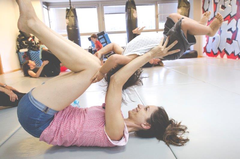 Contakids Dresden - Eine Mischung Aus Sport, Tanz, Akrobatik Um Vertrauen Zwischen Eltern Und Kleinkind Zu Fördern - Diese Übung Heißt Airplane