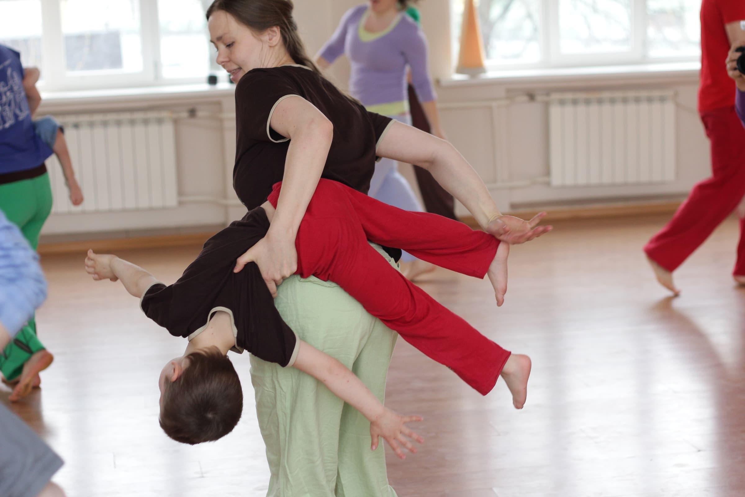 Contakids Dresden - Ein Bisschen Bewegung, Tanz, Akrobatik Und Mehr - Das Ziel: Vertrauen Zwischen Eltern Und Kleinkind Fördern